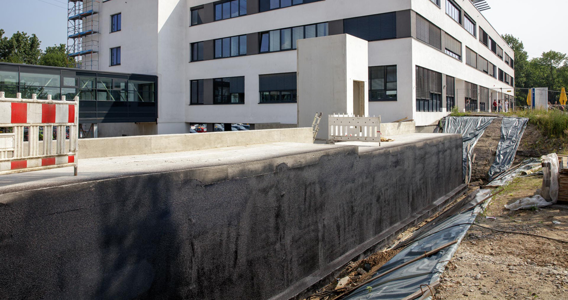 Despite the exceptionally high summer temperatures prevailing, the single-component thick bituminous coating Nafuflex Easy Tech 1 made execution of the waterproofing work relatively simple